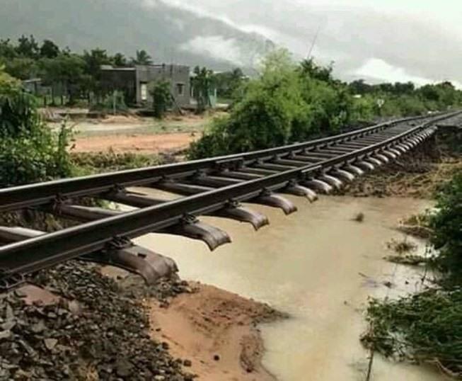 Tin tức giao thông 24h: Đường ray biến thành cầu treo, ngành đường sắt khốn đốn vì bão số 9 Usagi