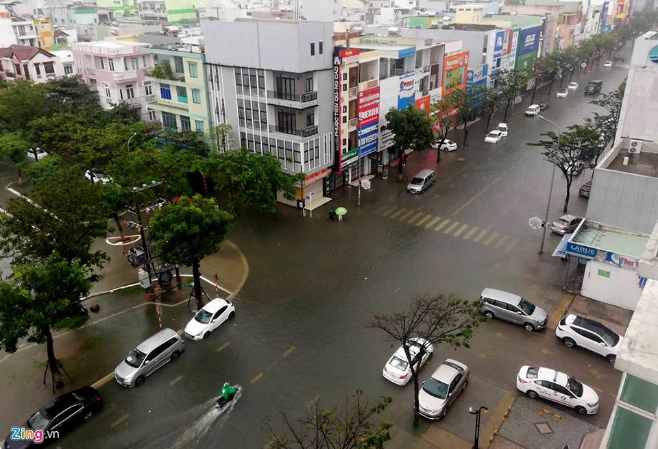 Đà Nẵng mênh mông nước, nhiều tuyến đường ngập nặng